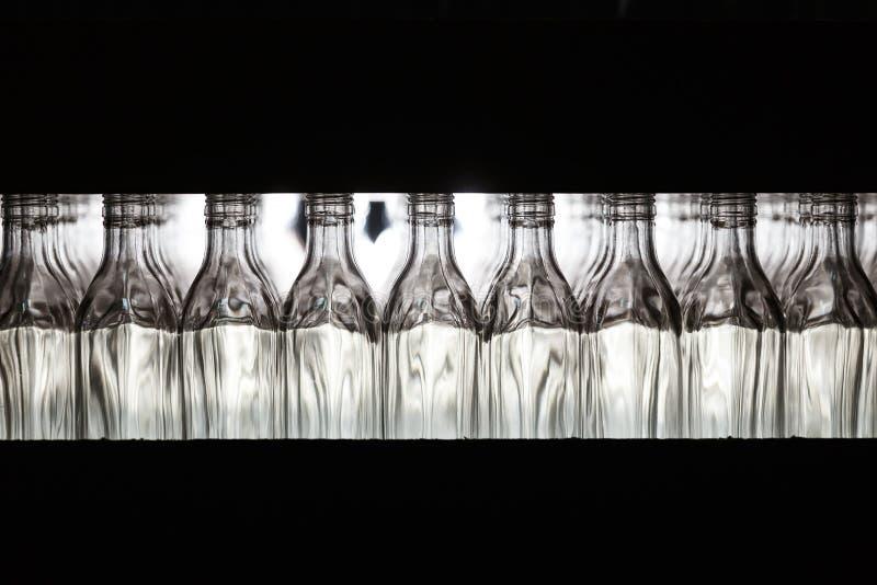 Vele flessen op transportband in glasfabriek royalty-vrije stock afbeelding
