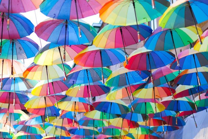 Vele gekleurde paraplu's op de straat royalty-vrije stock afbeelding