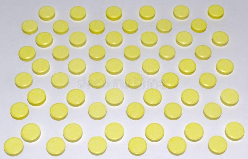 Vele gele die pillen, in gewankelde orde worden geschikt royalty-vrije stock afbeelding