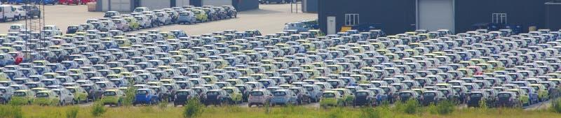Vele geparkeerde auto's royalty-vrije stock afbeelding