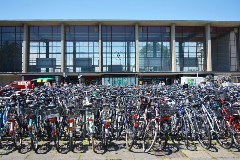 Vele geparkeerde fietsen voor de hoofdpost van Heidelberg royalty-vrije stock afbeelding