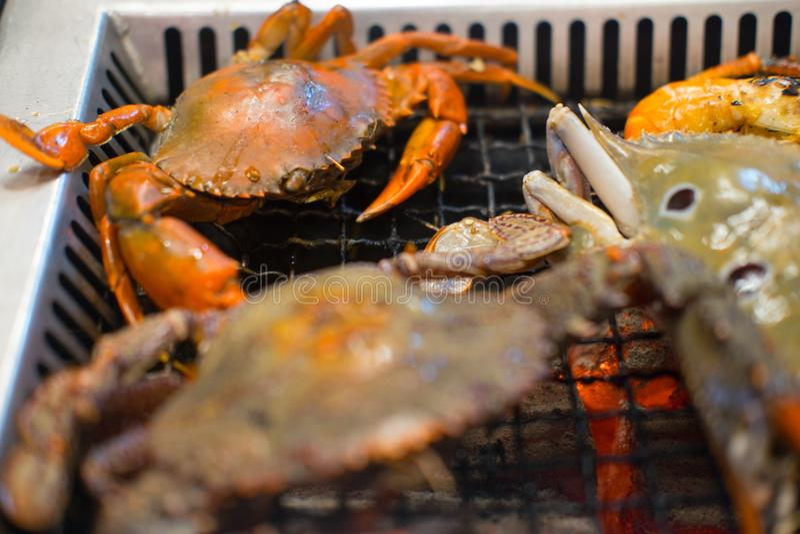 Vele geroosterde krabben bij de grill royalty-vrije stock foto's