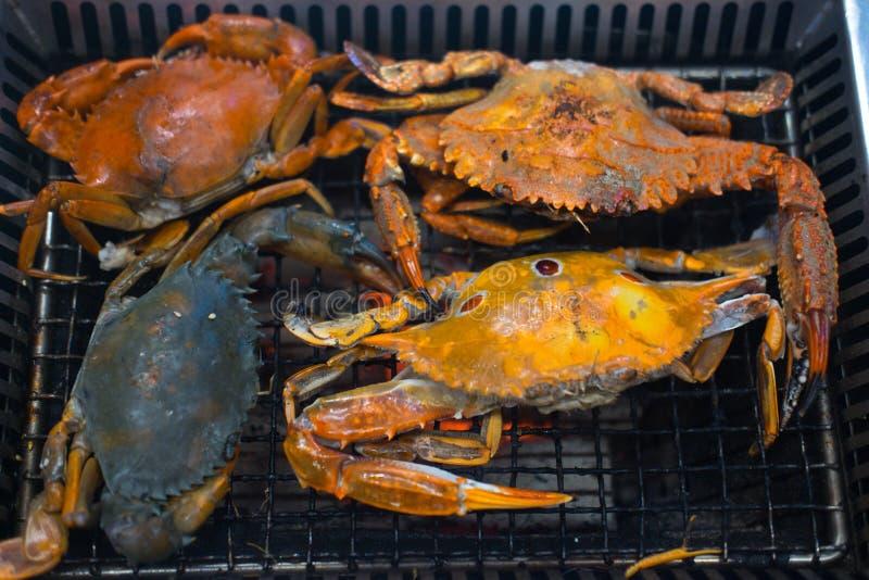 Vele geroosterde krabben bij de grill stock foto's