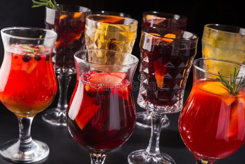 Vele glazen overwogen wijn royalty-vrije stock afbeeldingen