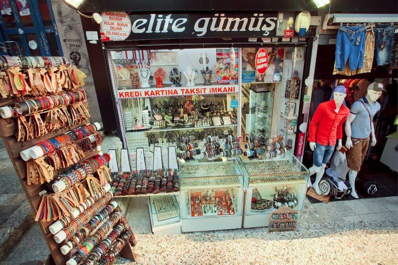 Vele goederen, juwelen en de denimkleding op winkel demonstreren in Turks kapitaal stock fotografie
