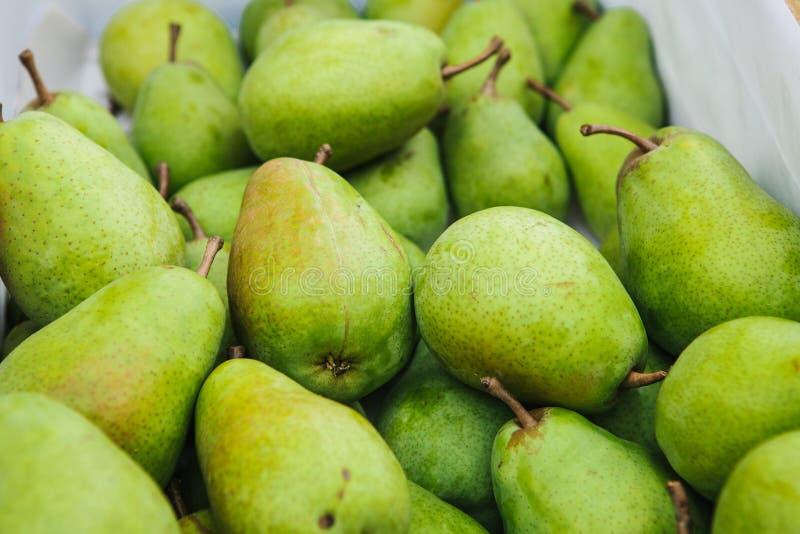 Vele groene verse peren Natuurlijke lokale producten op de landbouwbedrijfmarkt Het oogsten Seizoengebonden producten Voedsel stock foto's