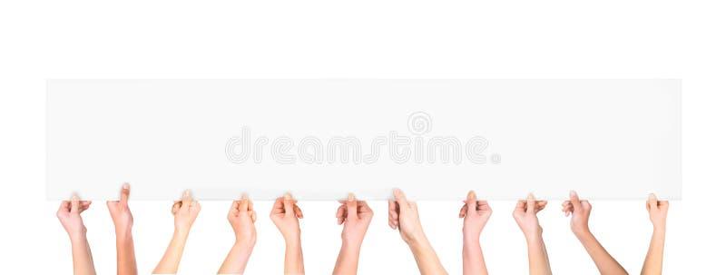 Vele handen die een lege affiche voor reclame houden vector illustratie