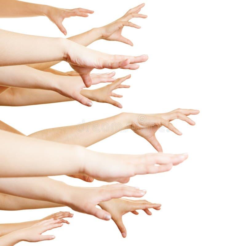 Vele handen die zijdelings bereiken stock foto