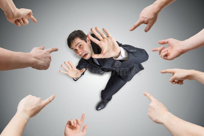 Vele handen richten en schuld beklemtoonde mens Mening vanaf bovenkant stock afbeeldingen
