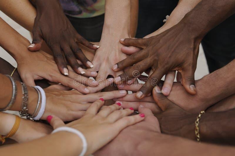 Vele handen samen: groep die mensen bij handen aansluit zich royalty-vrije stock foto's