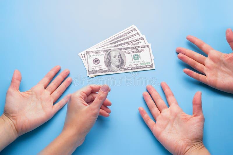vele handenbereik voor geld royalty-vrije stock afbeeldingen