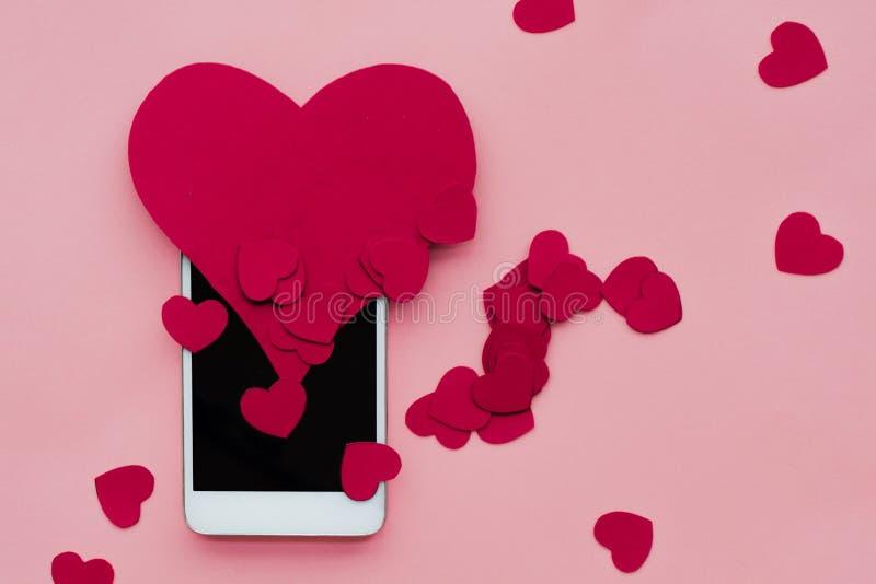 Vele harten en smartphone Het concept aan gelijkaardig in sociale netwerken of het Dateren van app Roze achtergrond royalty-vrije stock afbeeldingen