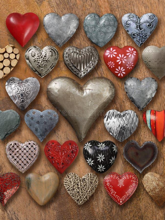 Vele harten op houten achtergrond stock foto's