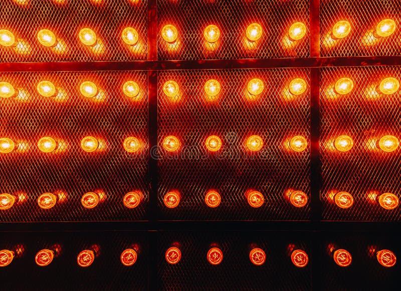 Vele heldere gloeiende glaslampen Verlichting van de vastgestelde retro lampen van Edison op donkere rabitzachtergrond Modieuze z royalty-vrije stock afbeeldingen