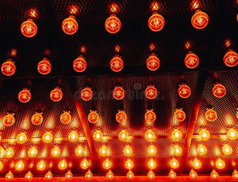 Vele heldere gloeiende glaslampen Verlichting van de vastgestelde retro lampen van Edison op donkere rabitzachtergrond Modieuze z royalty-vrije stock afbeelding