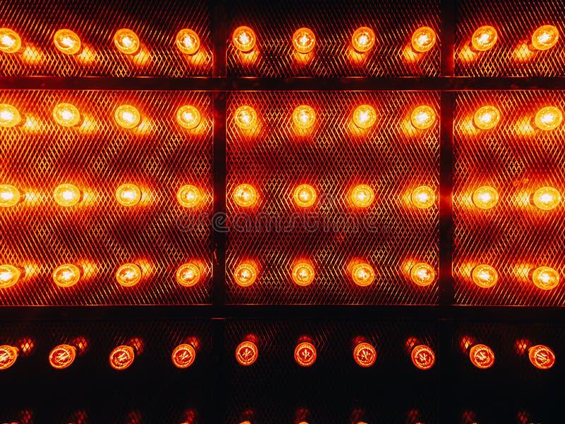 Vele heldere gloeiende glaslampen Verlichting van de vastgestelde retro lampen van Edison op donkere rabitzachtergrond Modieuze z royalty-vrije stock foto