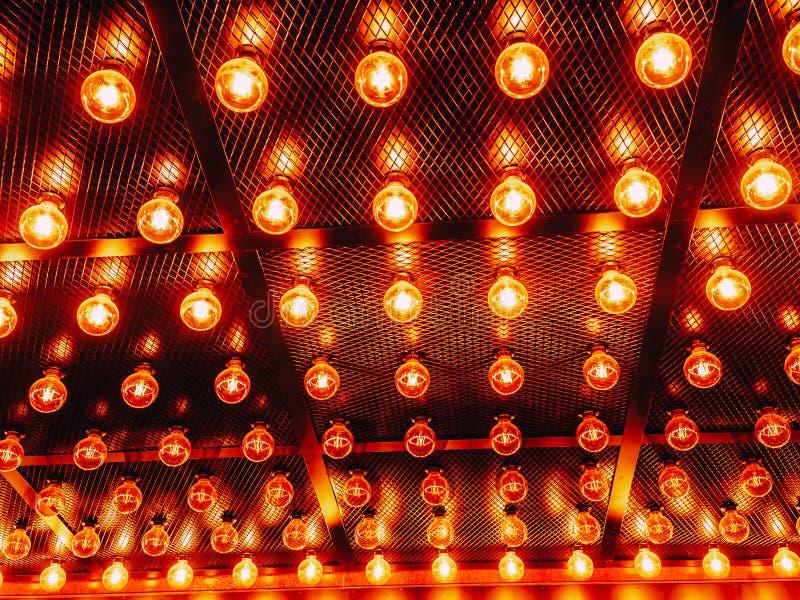 Vele heldere gloeiende glaslampen Verlichting van de vastgestelde retro lampen van Edison op donkere rabitzachtergrond Modieuze z stock fotografie