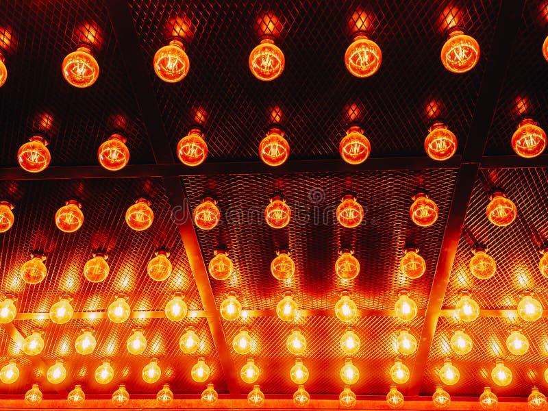 Vele heldere gloeiende glaslampen Verlichting van de vastgestelde retro lampen van Edison op donkere rabitzachtergrond Modieuze z royalty-vrije stock foto's