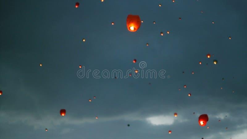 Vele hemellantaarns in de hemel Het drijven lantaarnsceremonie of Yeepeng-ceremonie, traditionele Lanna Buddhist-ceremonie binnen stock fotografie