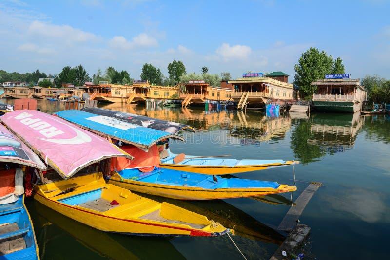 Vele houten boten op Dal Lake door boot in Srinagar, India royalty-vrije stock afbeeldingen