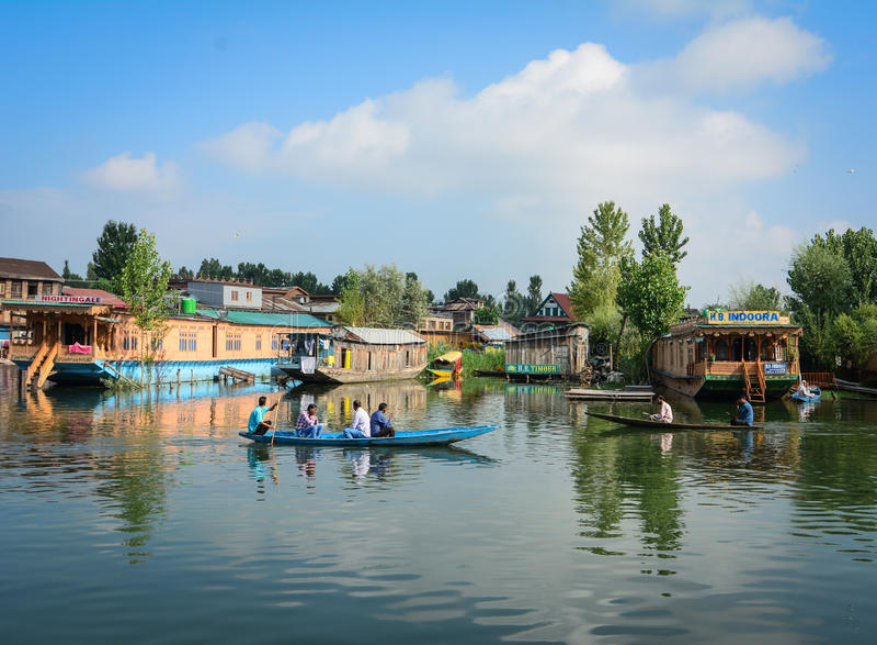 Vele houten boten op Dal Lake door boot in Srinagar, India royalty-vrije stock fotografie
