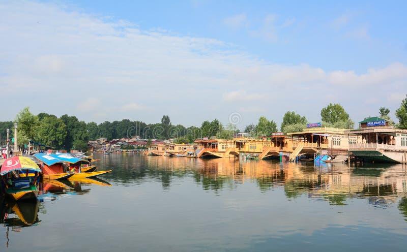 Vele houten drijvende huizen op Dal Lake door boot in Srinagar, India stock foto