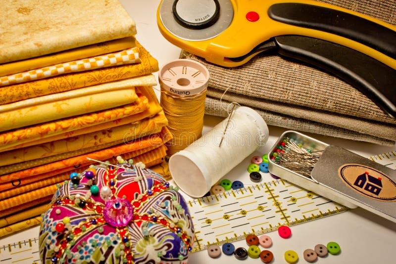Vele hulpmiddelen voor lapwerk in geel stock afbeelding