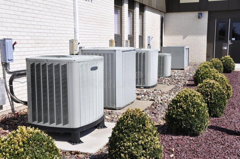 Vele industriële airconditionereenheden stock foto's