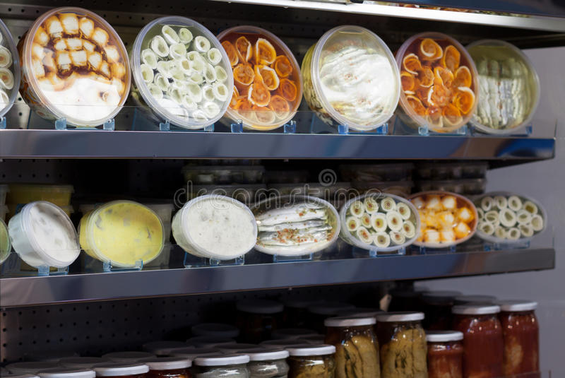 Vele ingepakte zeevruchtenproducten op winkelplank stock foto's