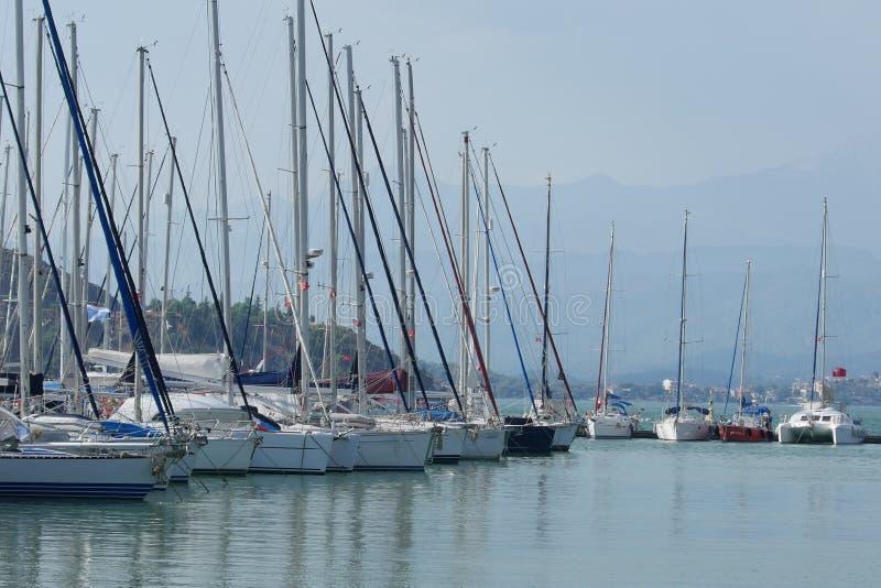 Vele jachten bij de pijler in de jachthaven Fethiye, Mugla, Turkije royalty-vrije stock foto