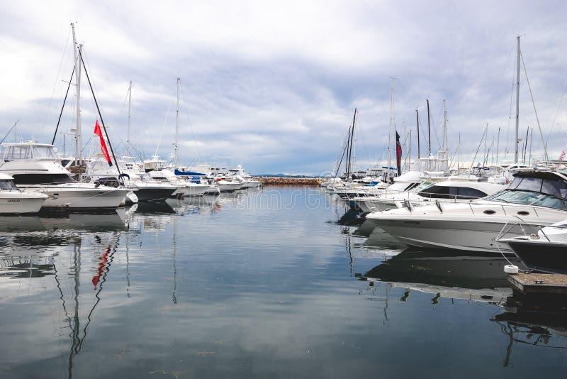 Vele Jachten legden in haven vast bij Werf Newcastle tegen bewolkt royalty-vrije stock foto