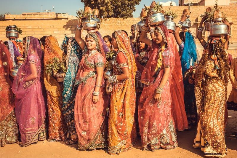Vele jonge vrouwen in de kleurrijke kleding in menigte van het traditionele Woestijnfestival royalty-vrije stock foto's