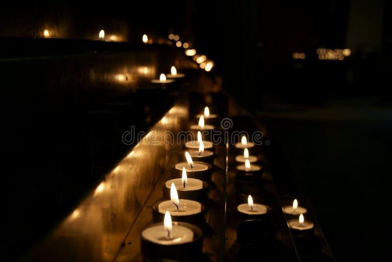 Vele Kaarsen in dark stock afbeeldingen