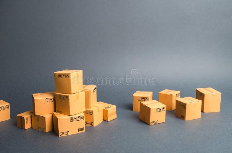 Vele kartondozen producten, goederen, handel en kleinhandel E-commerce, verkoop van goederen door online handelsplatform vracht stock foto