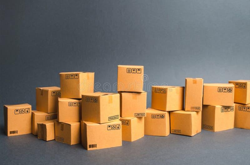 Vele kartondozen producten, goederen, Pakhuis, voorraad Handel en kleinhandel E-commerce, verkoop van goederen door online handel royalty-vrije stock afbeelding