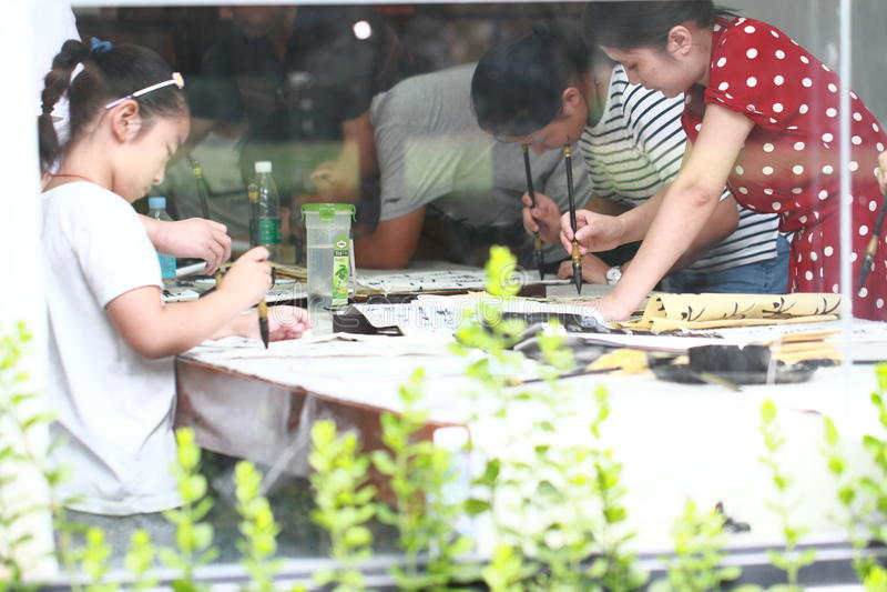Vele kinderen die Chinese Kalligrafie, houvastpen, en het schrijven schrijven royalty-vrije stock foto's