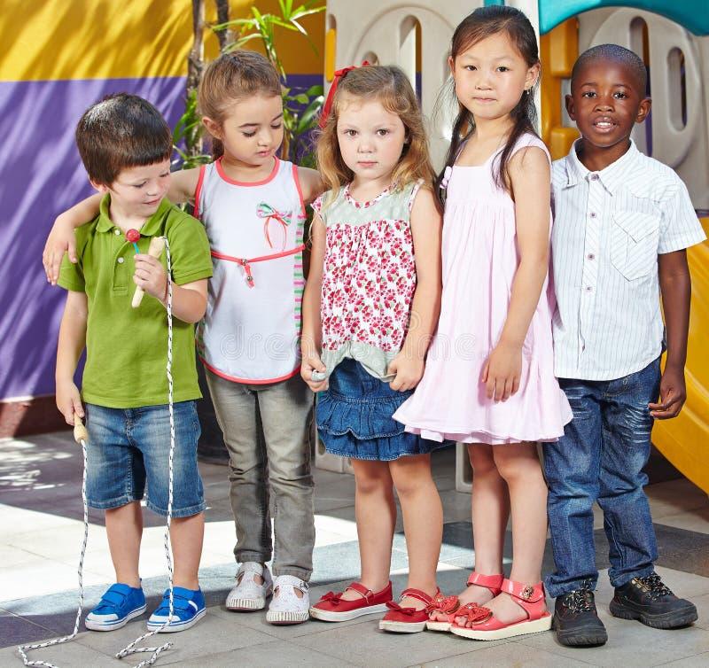 Vele kinderen in een kleuterschool stock fotografie