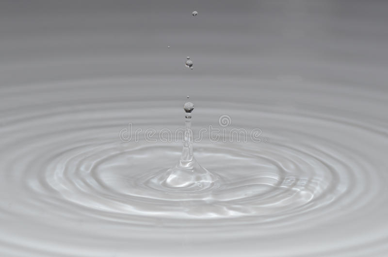 Vele kleine druppeltjes in het duidelijke water royalty-vrije stock afbeelding