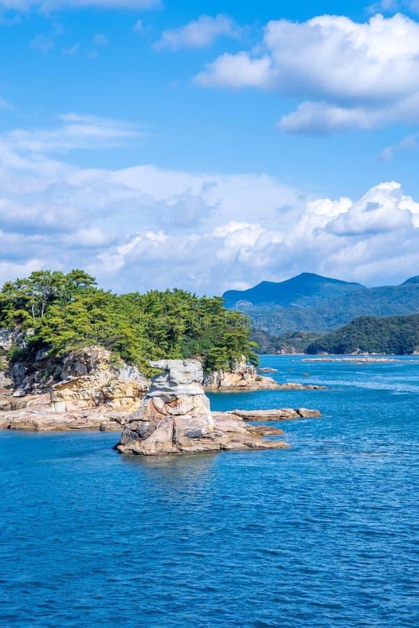 Vele kleine eilanden over de blauwe oceaan in zonnige dag, beroemd Kujukushima99-overzees van de eilandenparel toevluchteilandje  royalty-vrije stock afbeelding