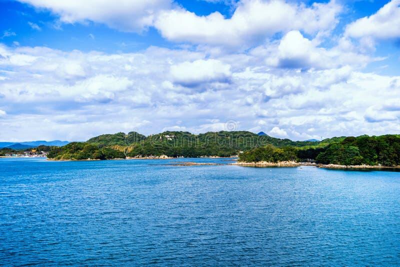 Vele kleine eilanden over de blauwe oceaan in zonnige dag, beroemd Kujukushima99-overzees van de eilandenparel toevluchteilandje  stock afbeelding