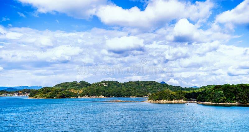 Vele kleine eilanden over de blauwe oceaan in zonnige dag, beroemd Kujukushima99-overzees van de eilandenparel toevluchteilandje  stock afbeeldingen
