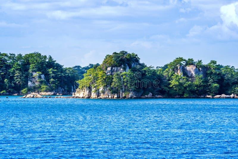 Vele kleine eilanden over de blauwe oceaan in zonnige dag, beroemd Kujukushima99-overzees van de eilandenparel toevluchteilandje  stock fotografie