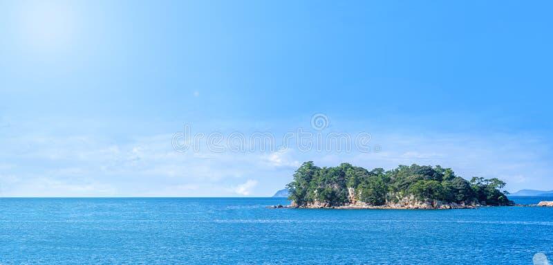 Vele kleine eilanden over de blauwe oceaan in zonnige dag, beroemd Kujukushima99-overzees van de eilandenparel toevluchteilandje  royalty-vrije stock foto