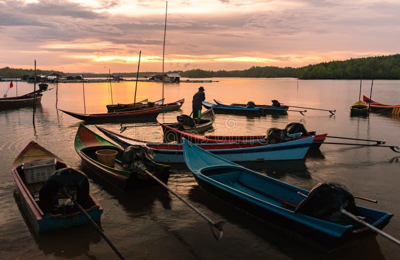 Vele kleine vissersboot en prachtige zonsondergang, Thailand royalty-vrije stock foto
