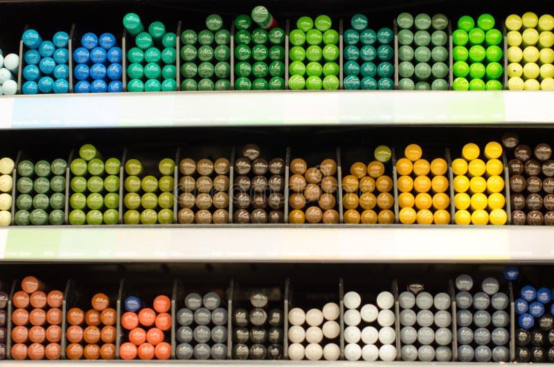 Vele kleurpotloden op de teller in de opslag voor tekening het schilderen Toebehoren, kanselarij, het trekken Kleurrijke achtergr stock foto