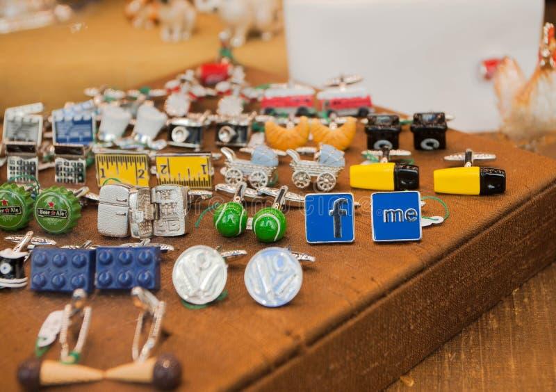 Vele kleurrijke herinneringen, cufflinks voor overhemden en spelden met de symbolen van sociale netwerken en andere stock afbeeldingen