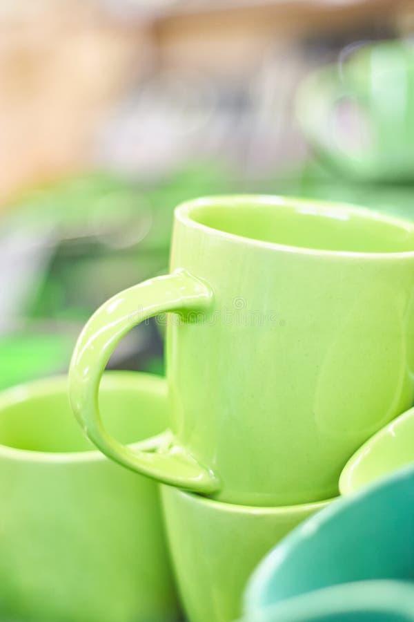 Vele kleurrijke lege ceramische koppen royalty-vrije stock fotografie