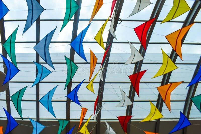 Vele kleurrijke vliegers tegen het glasdak stock foto's