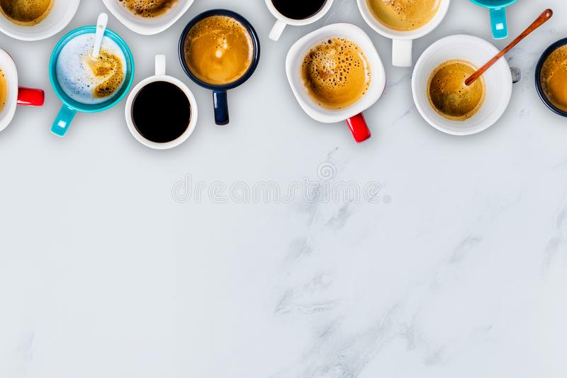 Vele koppen van koffie op witte marmeren achtergrond royalty-vrije stock afbeelding