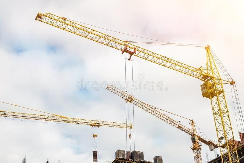 Vele kranen en gebouwen tegen blauwe hemel Bouwwerf van hightowerstructuur Abstracte bouw industriële achtergrond royalty-vrije stock afbeelding